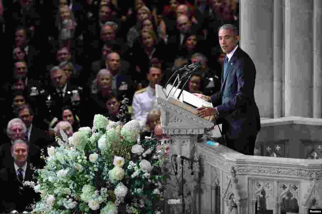 Bivši američki predsednici Barak Obama i Džordž Buš predvodili su više hiljada ljudi koji su došli da odaju poslednju poštu preminulom senatoru Džonu Mekejnu u Nacionalnoj katedrali u Vašingtonu. 1. septembar, 2018.