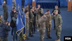 Ceremonija primopredaje dužnosti komandanta KFOR-a između odlazećeg Salvatorea Kuoćija i novog Lorenca Dadariua (Foto: VOA)
