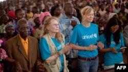 Nữ diễn viên Mia Farrow (thứ nhì từ trái) dự một buổi lễ nhà thờ ở Cộng Hòa Trung Phi
