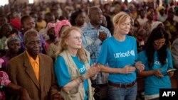 Abakorera bushake ba UNICEF Mia Farrow mu nkuka y'imisi muri Cathedral ya Bossangoa, Centrafrika, itariki 10/11/2013.
