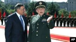 El secretario de Defensa Leon Panetta es recibido por el ministro de Defensa chino, Lian Guanglie, en Beijing, el martes 18 de septiembre de 2012.