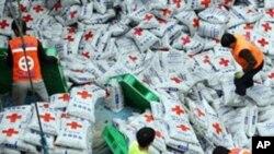 대북 지원식량을 선적하는 적십자 요원들 (자료사진)