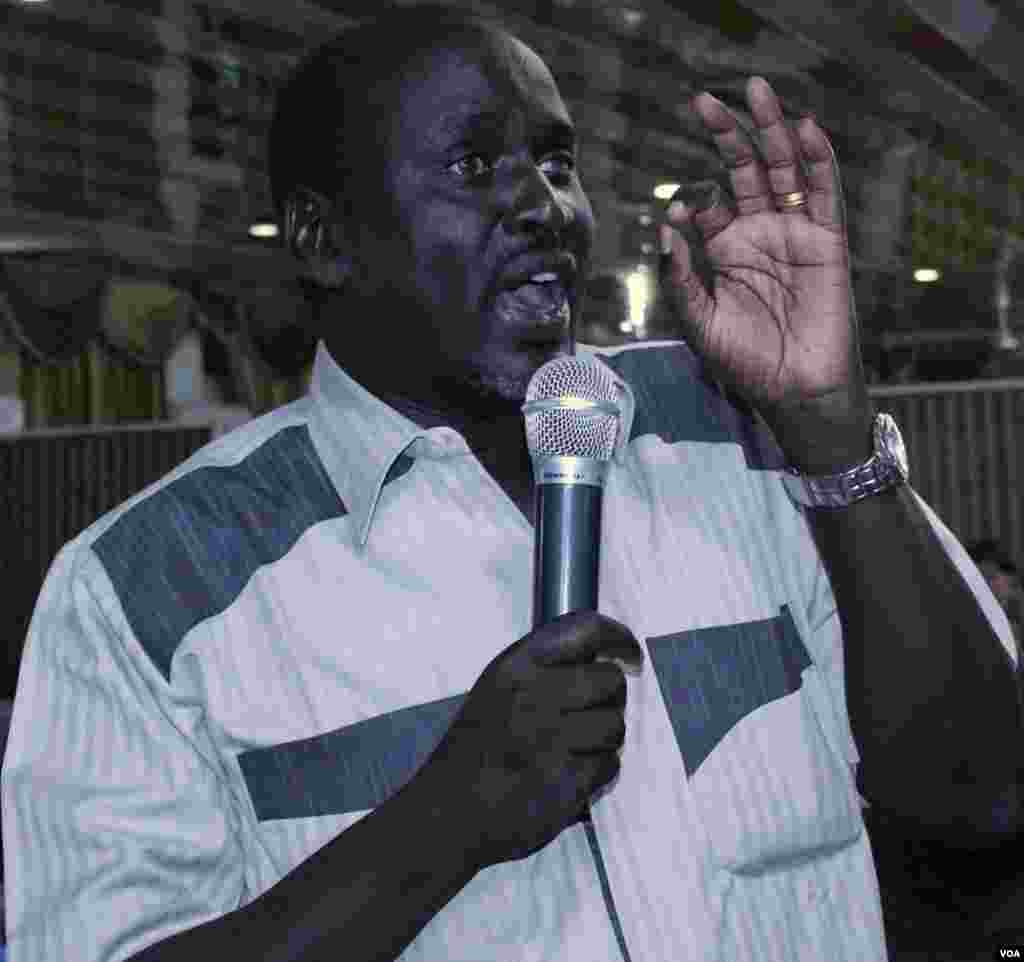 A member of the public takes part in the Q&A session at the Voice of America town hall meeting in Juba on Thursday, March 28, 2013.