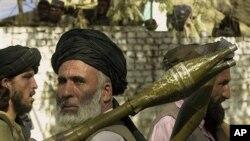 在巴基斯坦边境,一名塔利班份子扛着反坦克火箭(资料照)