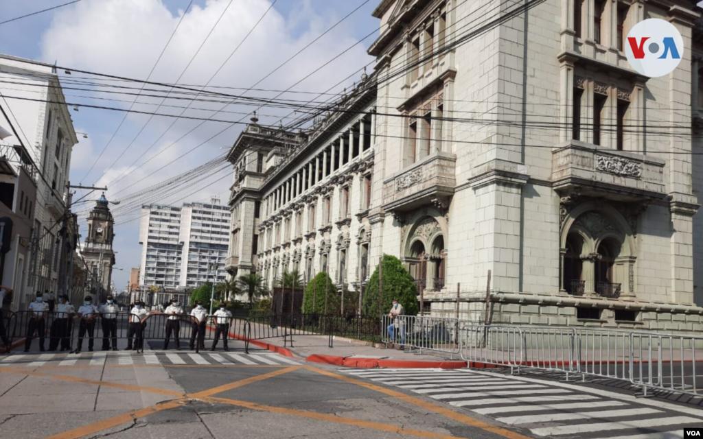 Calles cerradas alrededor del Palacio Nacional de la Cultura a pocos minutos de la llegada de la vicepresidenta Kamala Harris. Foto: Eugenia Sagastume, VOA.