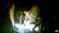 وڈیو میں خصوصی فوجیں یرغمالیوں کو چھڑاتے ہوئے