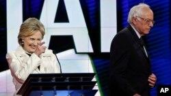 برنی سندرز و هیلاری کلینتون در یکی از مناظره های پیشین انتخاباتی