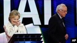 រដូវកាលបោះឆ្នោតបឋម ដើម្បីជ្រើសរើសបេក្ខជនតំណាងគណបក្សសម្រាប់ប្រកួតយកតំណែងប្រធានាធិបតីអាមេរិក បានបិទបញ្ចប់ហើយកាលពីថ្ងៃអង្គារ នៅគ្រាដែលលោកស្រី Hillary Clinton (ខាងឆ្វេង) បានយកជ័យជម្នះលើ លោក Bernie Sanders នៅក្នុងការបោះឆ្នោតបឋមក្នុងរដ្ឋធានីសហរដ្ឋអាមេរិក។