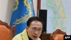 Tổng thống Nam Triều Tiên Lee Myung-bak phát biểu tại cuộc họp khẩn của Hội đồng An ninh Quốc gia về cái chết của lãnh tụ Bắc Triều Tiên Kim Jong-il, ngày 19/12/2011