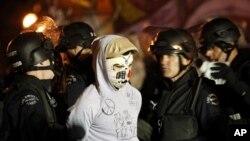 星期三警員在洛杉磯市政府前逮捕'佔領洛杉磯'營地的抗議者