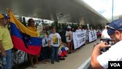 El piloto del último vuelo de United Airlines desde Venezuela ondeó la bandera tricolor del país durante su salida del país caribeño.
