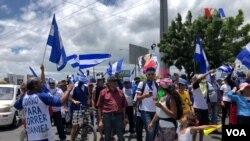 Ciudadanos nicaraguenses participan corriendo, en patines y bicicletas en la Maratón de la Libertad, un evento autoconvocado para pedir justicia y la liberación de los presos políticos del régimen de Daniel Ortega. Foto: Jacob Luzi, VOA.