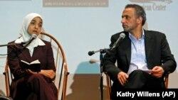 Tariq Ramadan et la conférencière Dalia Mogahed lors d'une intervention à la Cooper Union à New York, le 8 avril 2010.
