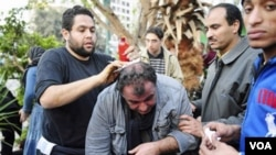 Seorang wartawan Perancis, Alfred Yaghobzadeh dirawat oleh demonstran anti pemerintah akibat terluka dalam bentrokan di Lapangan Tahrir, Kairo (2/2).