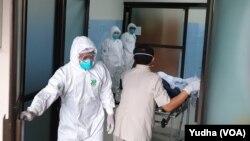 Satu pasien yang masih dalam pengawasan karena diduga menderita MERS-CoV di RSUP M Djamil Padang, meninggal dunia, Jumat (13/3) sekitar pukul 06.05 WIB. (Foto: ilustrasi)