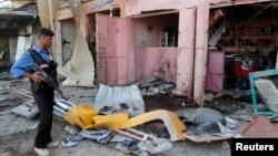 지난달 25일 이라크 북부 키르쿠크에서 발생한 폭탄 테러 현장을 한 경찰이 조사하고 있다. (자료사진)