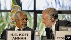 Katibu mkuu wa zamani wa Umoja wa Mataifa Kofi Annan, kushoto, akizungumza na mwendesha mashtaka mkuu wa ICC Luis Moreno-Ocampo, kulia, wakati wa mkutano mjini Kampala, Uganda, May 31, 2010.