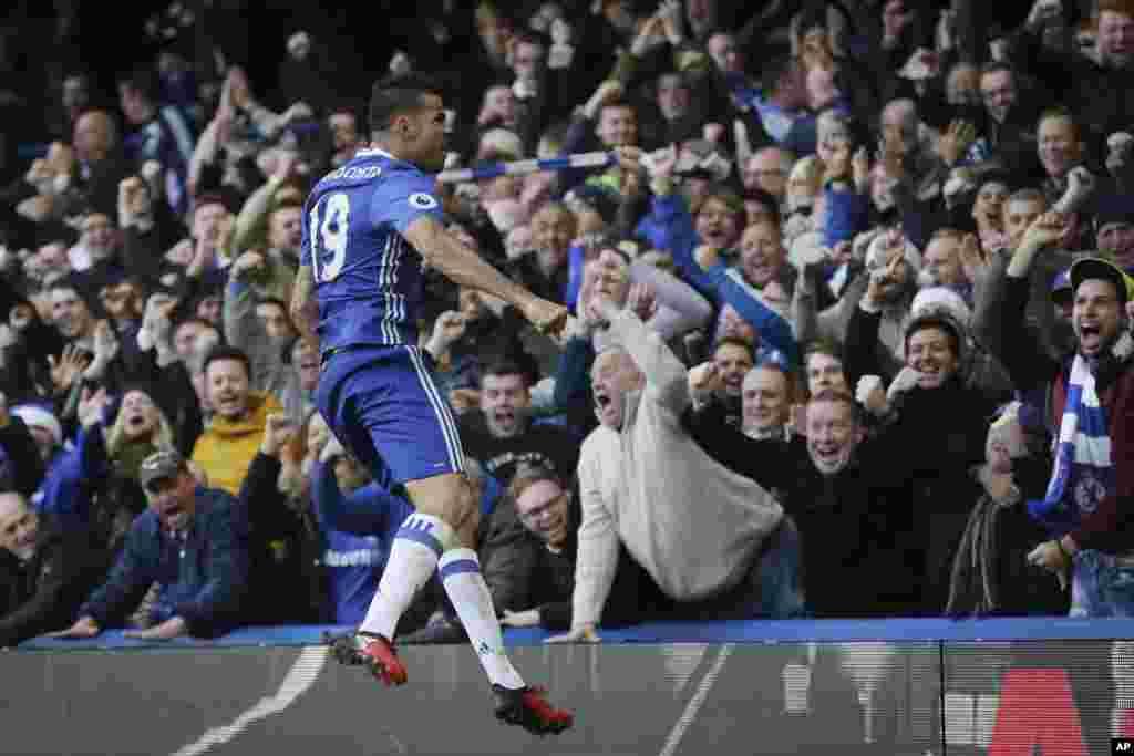 កីឡាករ Diego Costa របស់ក្រុម Chelsea អបអរ បន្ទាប់ពីស៊ុតបញ្ជូលទីបាន១គ្រាប់ក្នុងការប្រកួត English Premier League រវាងក្រុម Chelsea និងក្រុម West Bromwich Albion នៅស្តាត Stamford Bridge ក្នុងក្រុងឡុងដ៍។