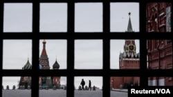 疫情下的莫斯科戴著口罩的警察在空曠的莫斯科紅場上巡邏。(2020年3月30日)