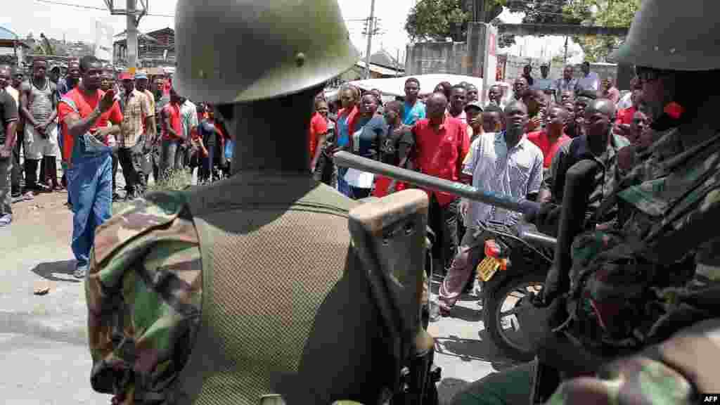 Les partisans de l'opposition manifestent devant un bureau de vote à Mombasa lors de l'élection présidentielle kenyane du 26 octobre 2017.