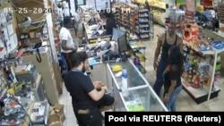 Snimak nadzorne kamere u periodu dok se Džordž Flojd nalazio u marketu iz koje je pozvana policija zbog tvrdnje da je pokušao kupovinu falsifikovanom novčanicom (Foto: AP)