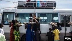 Mutanen Gambia na kokarin arcewa daga kasarsu