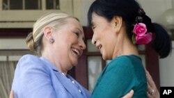 دیدار وزیر خارجۀ ایالات متحده با آنگ سان سوچی فعال دیموکراسی در برما
