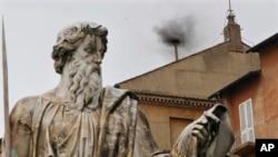 Khói đen bốc lên từ một ống khói nhỏ trên Nhà nguyện Sistine ở Vatican, ngày 13/3/2013.
