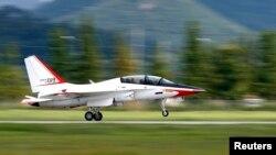 지난해 8월 한국 광주에서 T-50 초음속 훈련기가 시험 비행 후 착륙하고 있다. (자료사진)