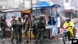 2011年9月12号印尼军人在路上警戒(资料照)