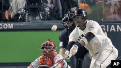 San Francisco Giants' Juan Uribe hits a game-winning sacrifice fly during the ninth inning of Game 4 of baseball's National League Championship Series against the visiting Philadelphia Phillies, 20 Oct 2010