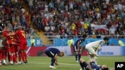 Các cầu thủ Bỉ mừng rỡ sau bàn thắng quyết định trận đấu trong khi các cầu thủ Nhật buồn nản (ảnh ngày 2/7/2018)