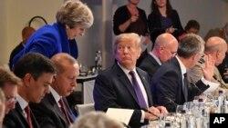 AQSh Prezidenti Donald Tramp (markazda) Bryusseldagi NATO sammitida