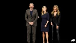 From left to right, actor Steve Carell and actresses Reese Witherspoon and Jennifer Aniston speak at the Steve Jobs Theater during an event to announce Apple's new products on Monday, March 25, 2019 in Cupertino, California. (AP Foto/Tony Avelar)