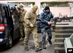 Geçen Kasım'da tutuklanan Ukraynalı deniz kuvvetleri personeli, Rus FSB ajanları tarafından Simferopol'de (Akmescit) mahkemeye götürülürken.