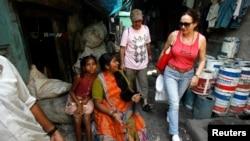Turis melewati warga di Dharavi, salah satu daerah kumuh terbesar di Asia, dalam tur berpemandu di Mumbai. (Foto: Dok)