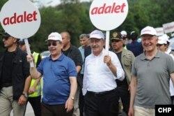 Abdüllatif Şener (solda) , CHP Genel Başkanı Kemal Kılıçdaroğlu'yla 2017'de katıldığı Adalet Yürüyüşü'nde