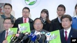 民主黨主席何俊仁(前中)與選委當選人吳永輝(前左一)及民主黨副主席單仲偕(前右一)在記者會展示特首競選政綱