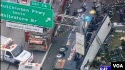 Bus yang membawa penumpang dari Connecticut terjungkal ke pinggiran jalan bebas hambatan yang sibuk dekat kota New York.