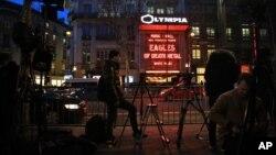 Los medios de prensa se agolparon frente a la sala de conciertos Olympia, en París, el martes, 16 de febrero de 2016, donde actuó la banda Eagles of Death Metal.