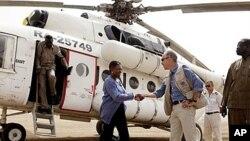 지난 달 재해 지원을 위해 남부 수단을 방문했던 발레리 아모스 유엔 인도주의업무조정국장 (가운데)