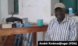 Moïmou Nérem Victor, proviseur du lycée mixte de Timbiri, au Tchad, le 28 avril 2017. (VOA/André Kodmadjingar)