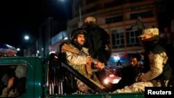 Nhân viên an ninh tiến gần đến khu vực khách sạn Serena trong khi cuộc tấn công đang diễn ra, Kabul, 20/3/14