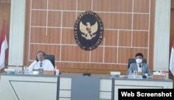 Menko Polhukam Mahfud Md dan Menteri Komunikasi dan Informatika (Menkominfo) Johnny Gerard Plate saat memberikan keterangan pers di Jakarta, Senin, 22 Februari 2021. (Foto: VOA)