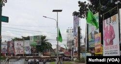 Baliho para Caleg memenuhi sebuah perempatan di Yogyakarta. (Foto:VOA/Nurhadi)