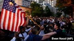 Demonstran bentrok ketika melakukan protes terhadap kematian George Floyd, Sabtu, 30 Mei 2020, di dekat Gedung Putih di Washington. (Foto: AP/Evan Vucci)