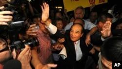 10일 타이완 국제공항에서 왕진핑 타이완 입법원장이 지지자들에게 손을 흔들고 있다.