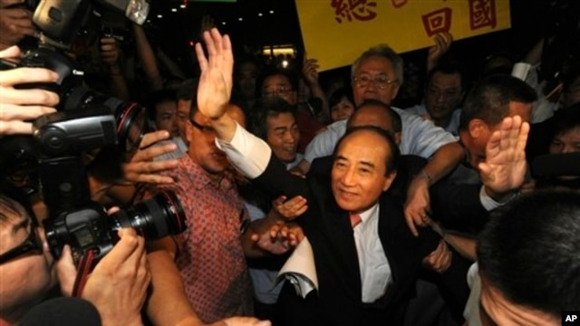 Taiwan's Legislative Speaker Wang Jin-pyng waves to supporters after press briefing at Taoyuan International Airport, northern Taiwan, Sept. 10, 2013.