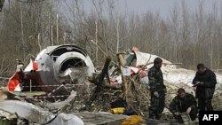 Xác chiếc máy bay lâm nạn bên ngoài sân bay Smolensk, miền tây nước Nga