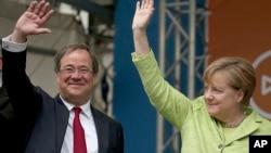 德国总理默克尔和她所在基民盟的北莱茵-威斯特法伦州候选人拉舍特在选举前向支持者挥手致意 (2017年5月13日)